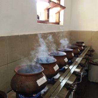 Kochen auf etwas andere Art: In diesen Kesseln wird jeden Tag frisch Medizin gekocht